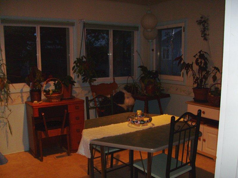 4 Saison Zimmer beherbergt viele Pflanzen, Spieltisch und Wäsche