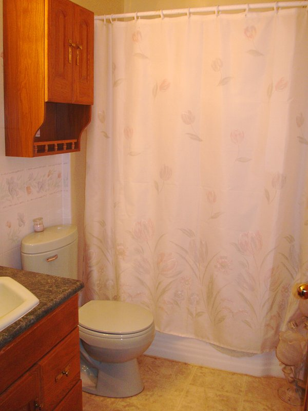 Das Badezimmer ist mit Wanne / Dusche Combo