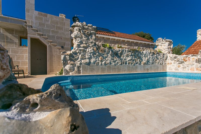 Stone House Marina , Holiday Home with a 2 pools, vacation rental in Vrsine