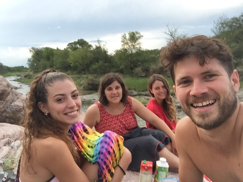 Picnic on the shores of rivers or lakes, with friends known and not known.