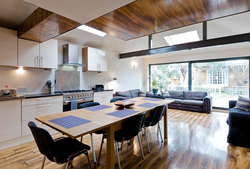 EGHAM HOUSE 5 bedrooms, 3 bathrooms, sleeps 6 - near Staines, Windsor, Heathrow, holiday rental in Wraysbury