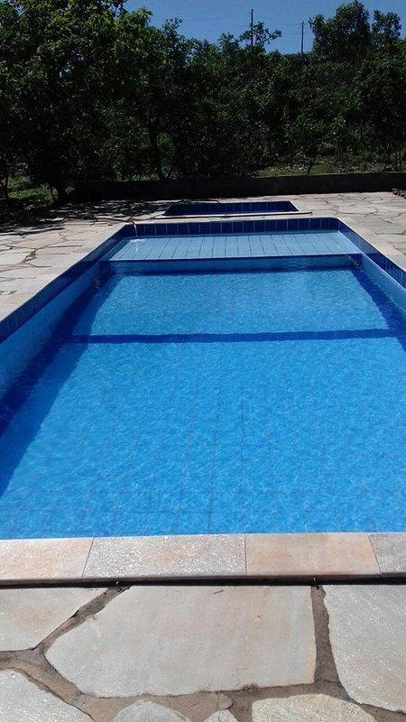 esta e a piscina  ao  ar livre,54m ,tem uma linda vita para as montanhas,onde voce aprecia o sol.
