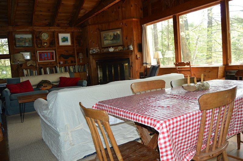 Sala com lareira e sala de jantar. assentos tabela 8