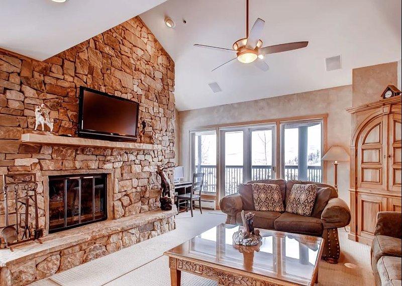 Das Wohnzimmer hat einen großen großen Kamin und TV