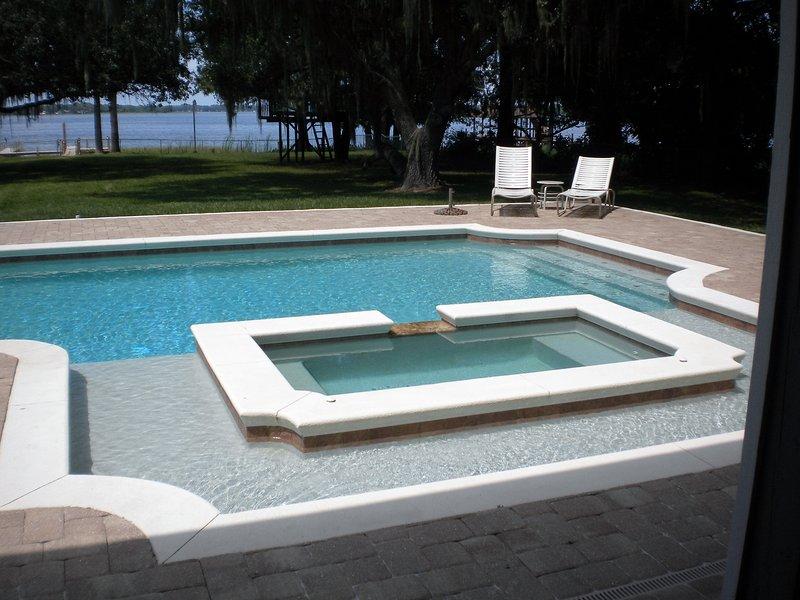 Zwembad en hot tub met uitzicht op het meer