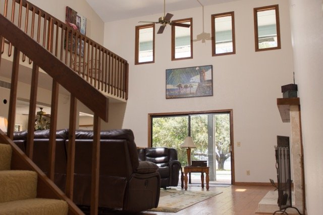 Grote woonkamer met alle lederen liggende meubels en grote tv
