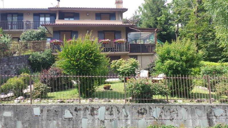 VILLA BEA - LOCAZIONE TURISTICA  SUL LAGO D'ISEO, location de vacances à Solto Collina