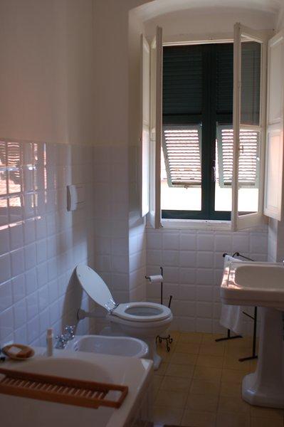 cuarto de baño con ducha y bañera