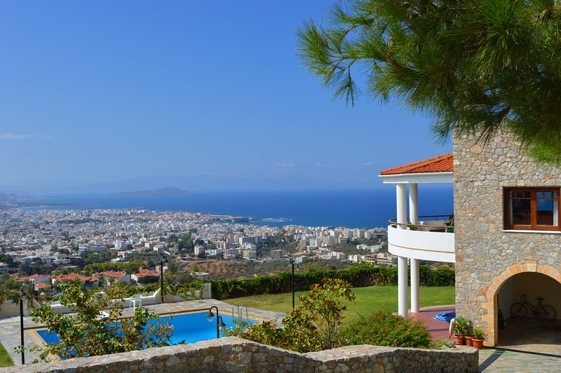 VILLA MARE MONTE-CH, amazing view -shared pool, holiday rental in Akrotiri