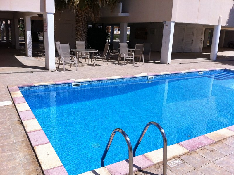 Spacious 2 bedroom flat with wifi, holiday rental in Pervolia