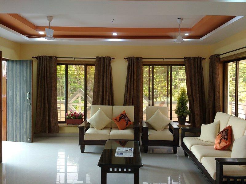 Lakeside spacious bungalow close to beach, aluguéis de temporada em Raigad District