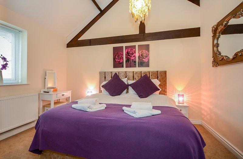 Dormitorio principal con super cama doble grande y de baño, TV / DVD