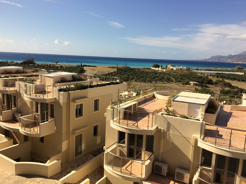 Bayview Penthouse 300 meters from the beach, location de vacances à Makry-Gialos