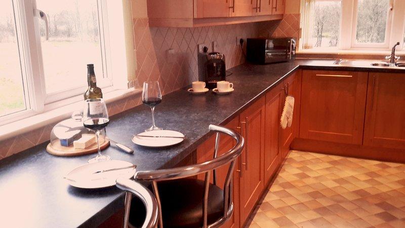 Une cuisine entièrement équipée avec belle vue