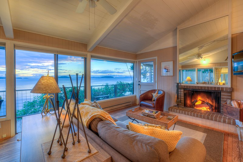 Sea Dream:  A wall of windows;  wood burning fireplace (wood provided).