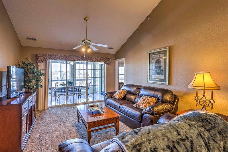 La amplia sala de estar con TV por cable de pantalla plana.