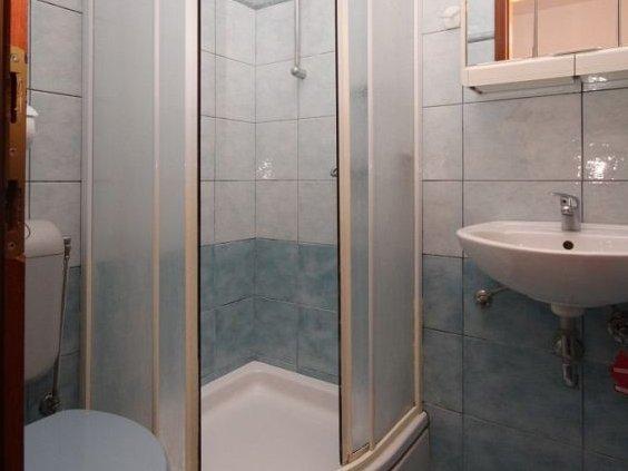 C (2 + 2): baño con inodoro.