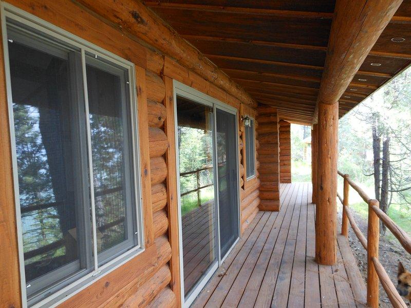 La porte coulissante ouvre sur le pont ... vue parfaite sur le lac tout en dégustant votre café du matin!