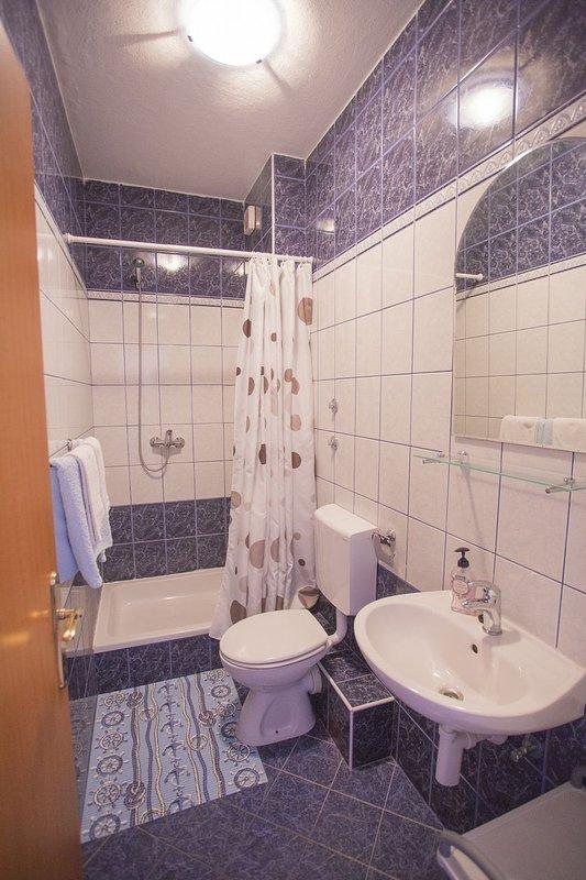 A1 (2 + 1): baño con inodoro.