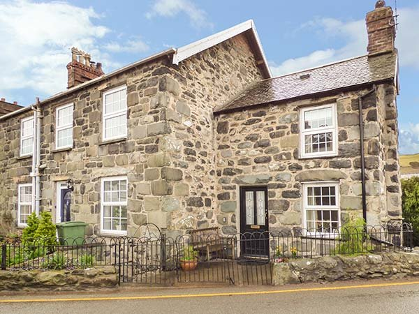 BODLONDEB, one bedroom, open fire, patio overlooking river, in Llwyngwril, Ref, vacation rental in Llwyngwril