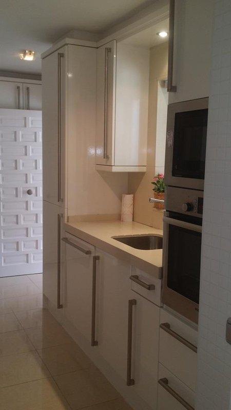 Pequeno renovado cozinha de frente para entrada-Vacation Rent Nueva Andaluzia Marbella Primeira Linha Aloha Golf
