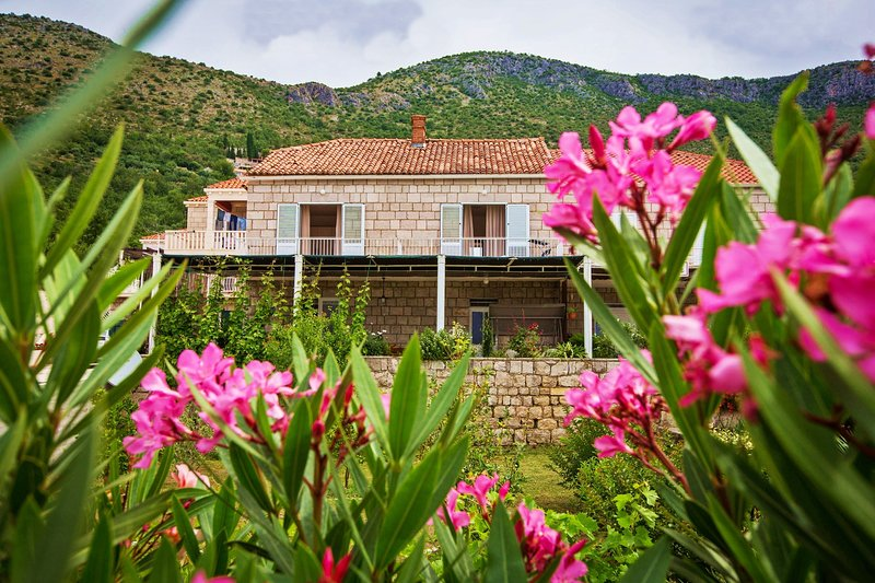 Stone house with sea view near Dubrovnik, holiday rental in Brsecine