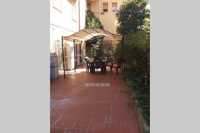 giardino privato con gazebo lettino e sdraio