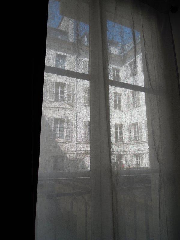 todas las 4 ventanas tienen una mirada en el patio muy tranquilo