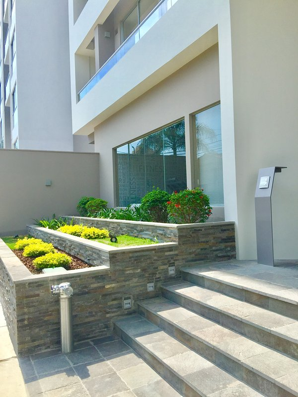 Building entrance reception and 24-hour security