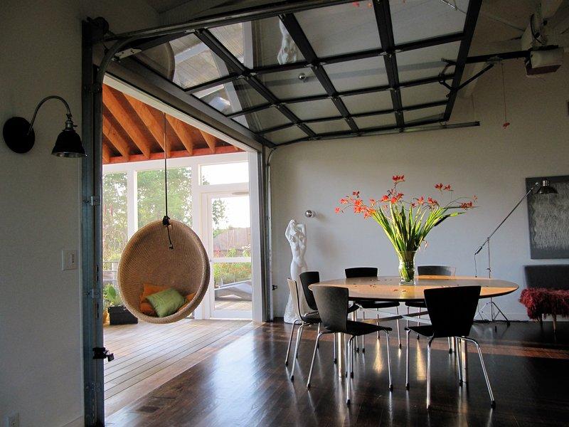 Increíble de estar al aire libre con una puerta de garaje retráctil abrir el comedor / cocina a la terraza.