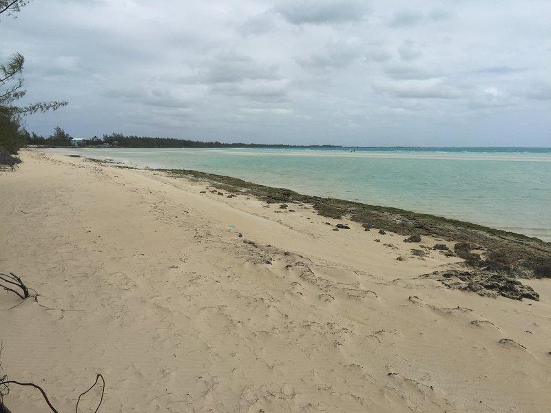 Esta praia fica a menos de um minuto a pé da nossa casa.