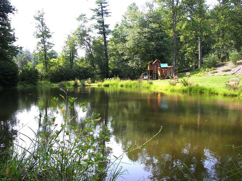 White Stone Manor / 6BR / 4BA / 4000SF / estanque silvestre privada y arroyos en 2 acres de exuberantes jardines