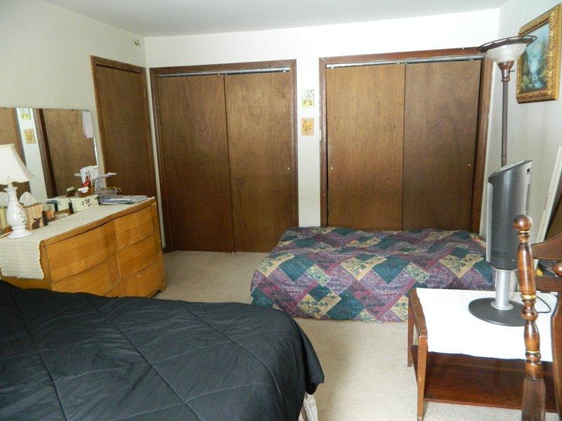 Chambre avec lit Queen et configuration futon.