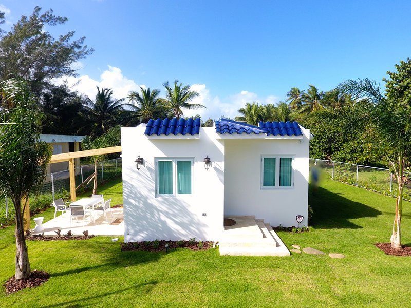 Radiant Villa Steps From Beach, Ferienwohnung in Isabela