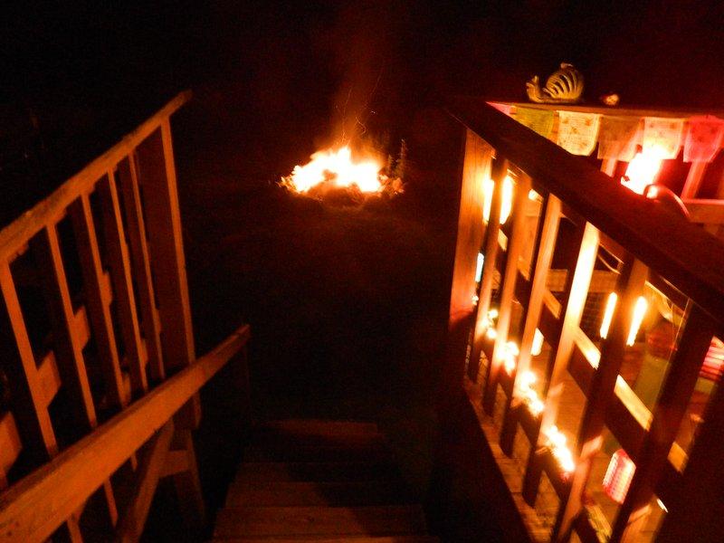 escalier commun hors du pont à l'arrière, piste de lapin et firepit.