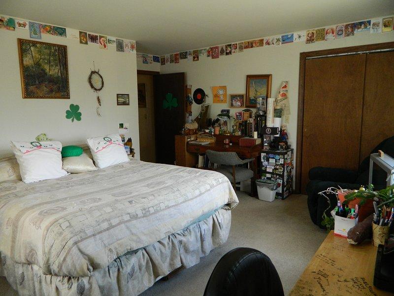 Ma « éclectiquement » chambre décorée.