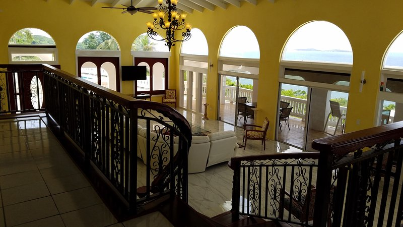 Escalera de las áreas de cocina y de mesa de salón con techo de la catedral