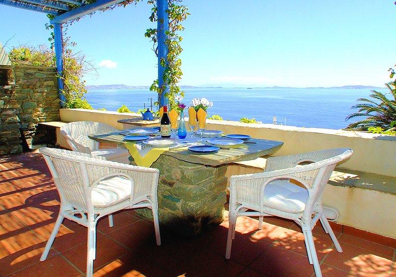 Spacious villa with Superb Panoramic Views near the Beach, holiday rental in Triantaros