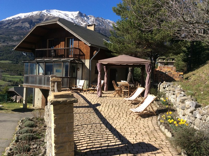 Proche Barcelonnette - Chalet 4 **** - De 4 à 14 personnes - Vue panoramique, holiday rental in Enchastrayes