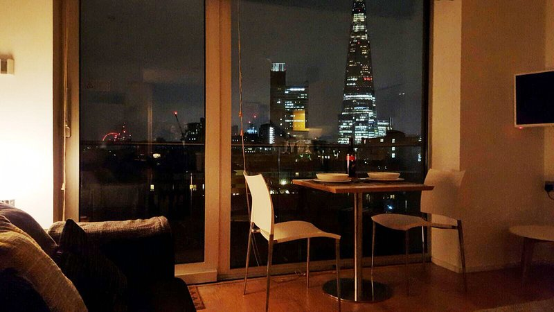 Great apartment, central location, stunning views of London on gated community, Ferienwohnung in London