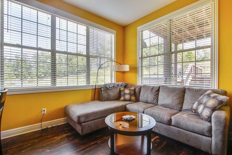 Sala de estar compartida con cocina / comedor con vistas a las colinas de Ozark y Silver Dollar City.