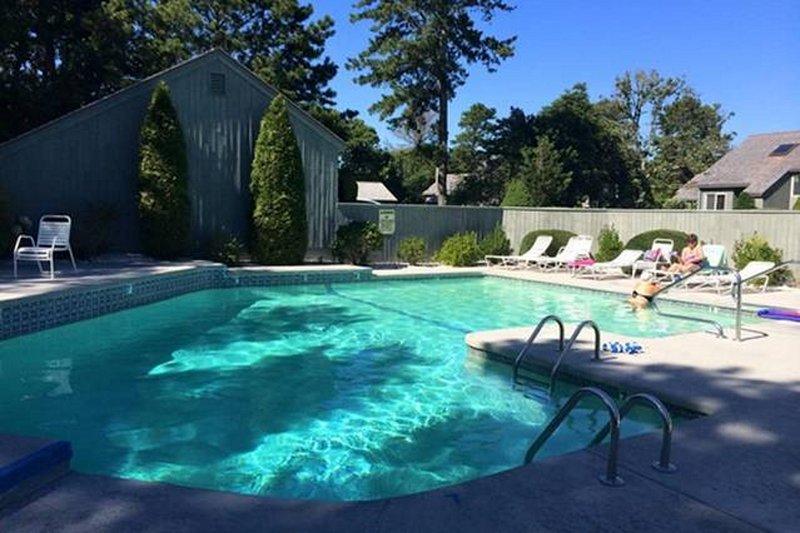 A piscina é aquecida por energia solar.