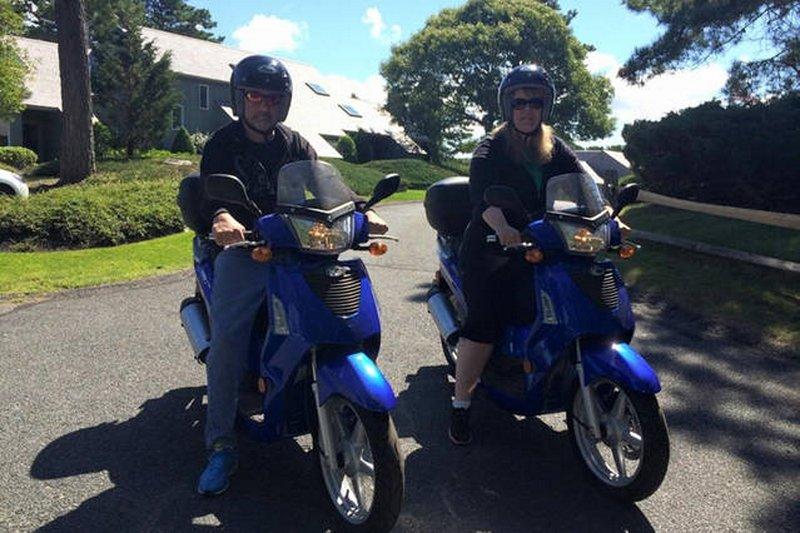 Muitos alugar motocicletas para chegar ao redor da ilha.