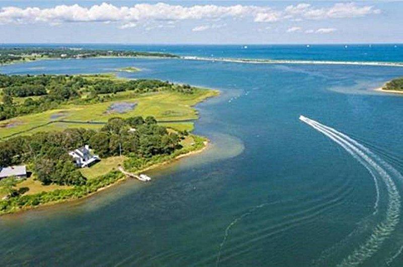 Nossa propriedade faz fronteira com Sengekontacket Pond.