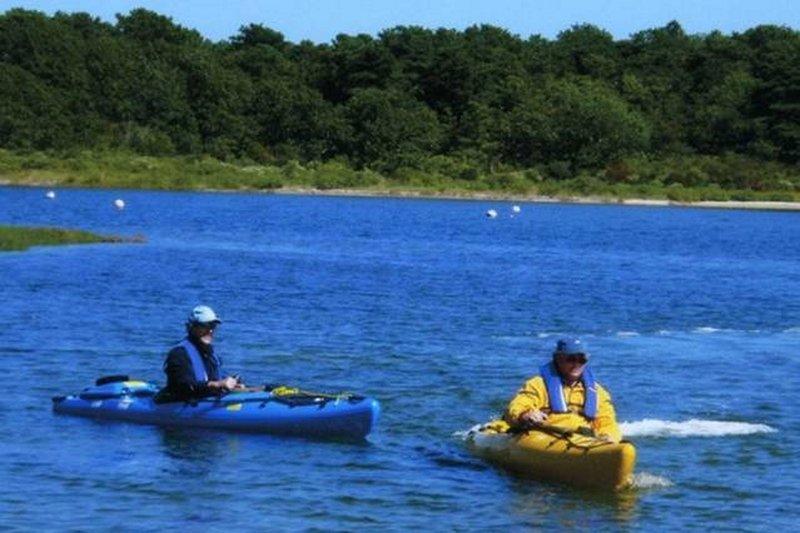 Caiaque no Sengekontacket Pond é muito relaxante (especialmente se eles têm 10 hp motores neles!)