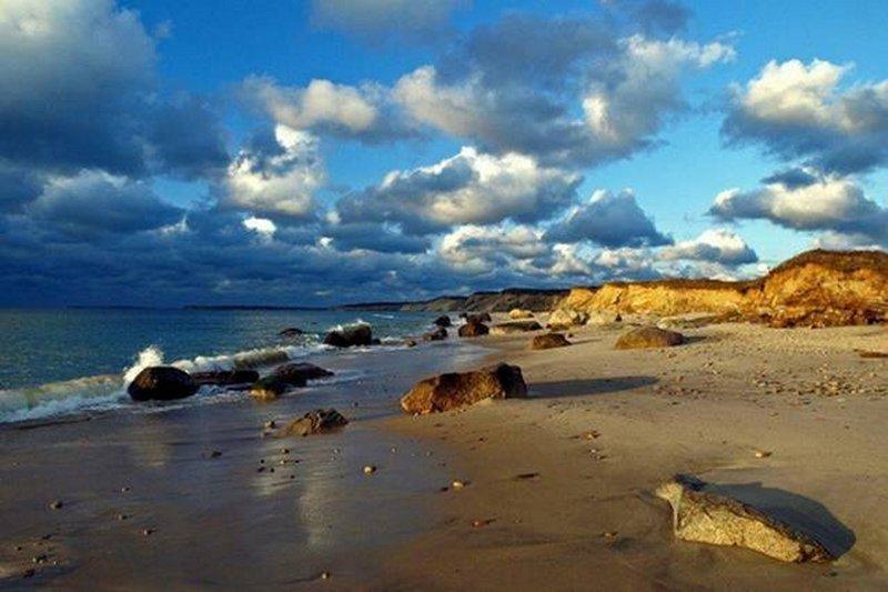 (Foi-me dito) esta é a praia de nudismo. Bonita, mas parece um pouco rochoso, sem alguma proteção?