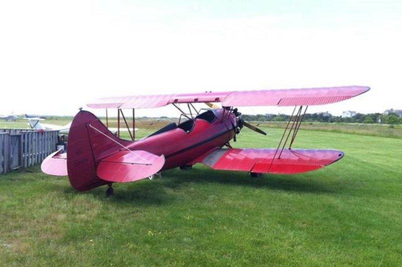 Avião do vintage em Katama campo onde você pode comer no restaurante e ver os aviões vêm e vão.