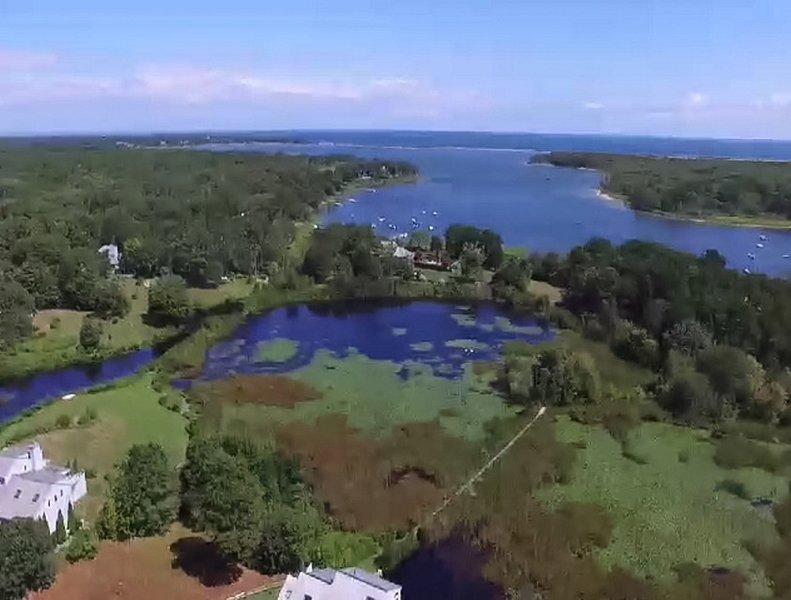 Vista aérea acima de nossa casa com vista para Sengekontacket Lagoa eo mar além.