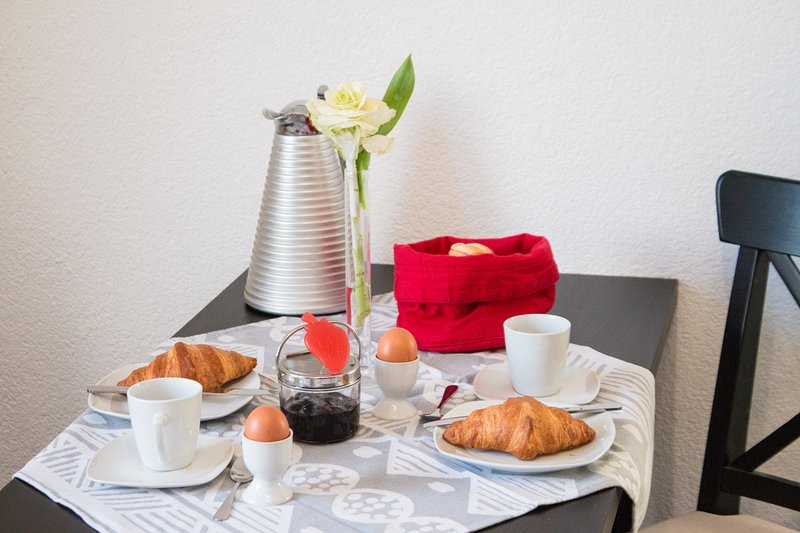 Mmm, smell of coffee, fresh croissants, the perfect breakfast ... plus the perfect apartment!