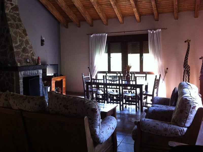 Casa Trasgu de Tornín - Vivienda Vacacional- Alquiler Integro Casa rural - aldea, holiday rental in Cardes